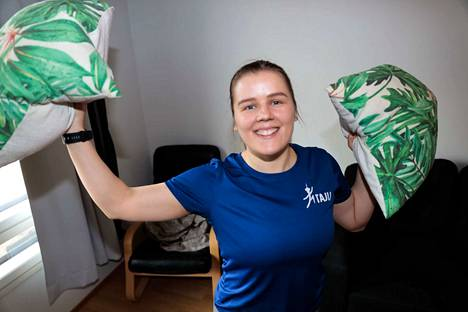 Tampereen Jumppatiimin Laura Hongisto ja muut liikunnanohjaajat vetävät kaikille sopivia liikuntatuokioita Aamulehden tilaajille. Tarvittavat välineet löytyvät jokaisen kotoa.