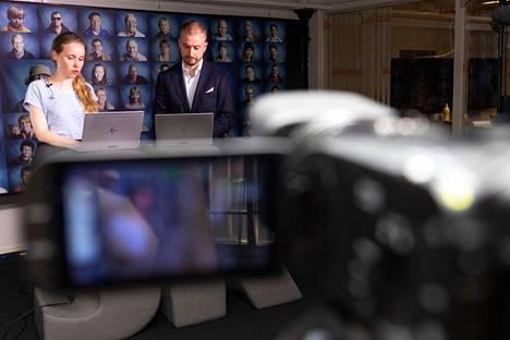Vaalivalvojaislähetyksen juontavat toimittajat Veera Reko ja Kimmo Lehto.