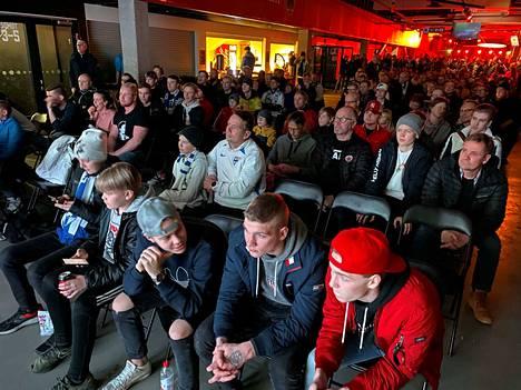 Suuri joukko porilaisia on kokoontunut Isomäki-areenaan seuraamaan huuhkajien ottelua.