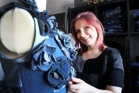 Moona Kansanen sanoo, että työ yrittäjänä farkkumuodin parissa muistuttaa paljon arkkitehdin työtä. Hän käyttää nykyisinkin luovuutta työskennellessään värien, vaatteiden ulkonäön ja verkkokaupan julkisivun parissa.