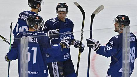Axel Rindell (vas.) viimeisteli Suomelle maalin niin keskiviikon Tshekki- kuin torstain Venäjä-pelissäkin.