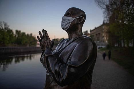 Vltava-joen rannalla olevalle patsaalle Prahassa on laitettu kasvosuoja.