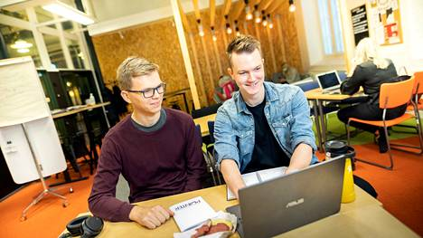 Tila motivoi uuden oppimiseen. Suosittu tila nimeltä August muuntautuu niin työpajoihin, ryhmätöihin kuin taukotilaksi.