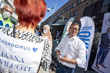 Kokoomus on noussut tuoreen kyselyn mukaan suosituimmaksi puolueeksi Suomessa. Kuvassa puolueen puheenjohtaja Petteri Orpo kampanjoimassa Turussa kesäkuussa ennen kuntavaaleja.