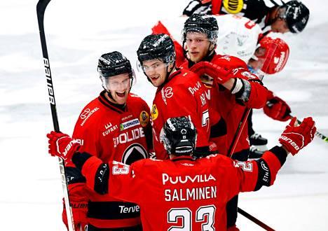 Roni Sevänen (vas.) sai iskeä ottelun loppunumerot tyhjiin. Voittoa juhlimassa myös Sakari Salminen, Jarno Kärki ja Nikolas Matinpalo.