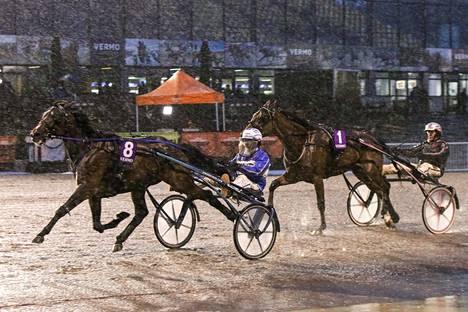 Kuva kertoo, millaisessa säässä Jorma Kontio ja Sahara Jaeburn purjehtivat voittoon. Antti Teivaisen Love Eagle kesti sen takaa toiseksi ja pääsi finaaliin.