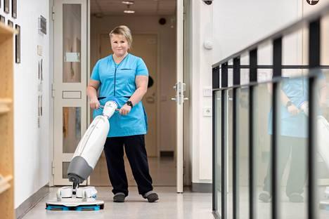 Hän on iMop, tuttavallisemmin Aimo. Aimo puhdistaa ja hoitaa lattian pintoja veden ja puhdistuslaikkojen avulla. – Puhdistusaineettomampaan suuntaan edetään koko ajan, Saila Lukkarinen tietää.