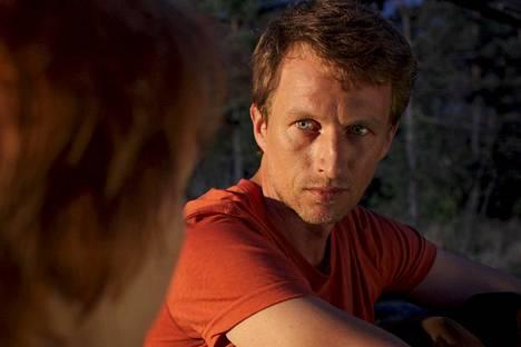 Toimittaja haluaa tehdä juttusarjan kuolemaan valmistautuvasta Visasta (Tobias Zilliacus).