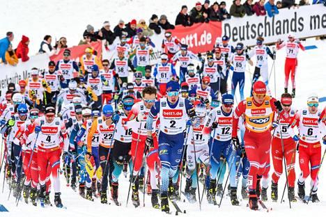 Iivo Niskanen ja Aleksandr Bolshunov vetivät joukkoa viime vuonna Oberstdorfin skiathlonissa.
