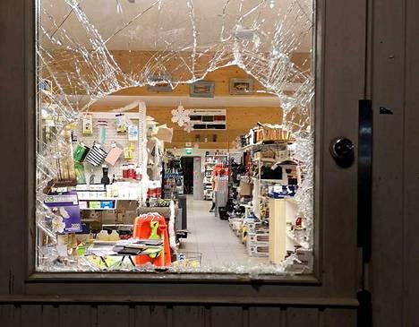 Kuhmoisten Kauppahuone Koskelaan mentiin sisälle rikkomalla etuoven lasi ilmeisesti keskiviikon vastaisena yönä.