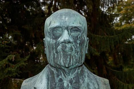 Fabian Klingendahlin patsas sijaitsee nykyään Tampereen Eteläpuistossa.