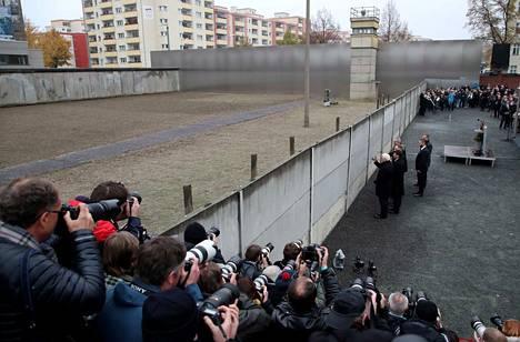 Saksan, Puolan, Tsekin ja Unkarin presidentit asettivat lauantaina kukkia Berliinin muurin muistomerkille.