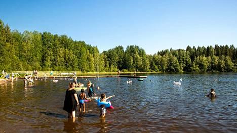 Sinilevätilanne voi vaihdella nopeastikin. Ihmiset nauttivat järvivedestä Tampereen Peltolammin uimarannalla 4. heinäkuuta, kun levätilanne oli hyvä.