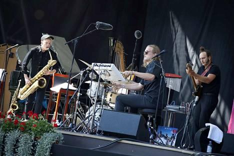 Se oli menoa. Mopo-trion Linda Fredriksson, Eeti Nieminen ja Eero Tikkanen lähtivät Kuuhun.
