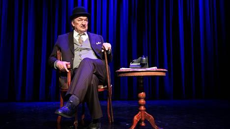 Aimo Räsänen esittää Tampereen Komediateatterin uudessa näytelmässä komisario Frans J. Palmua. –Keppi kädessä alkaa tuntua siltä, että tästä se lähtee, hän sanoo roolista.