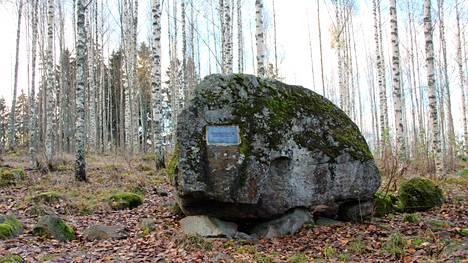 Harjavallan Hiirijärvellä sijaitseva Lallin itkukivi saattaa olla pakanallisen ajan uhrikivi.
