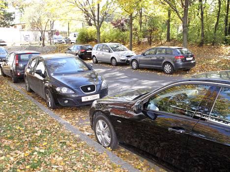 Tekstaripalstalla kritisoidaan uutta pysäköintisääntöä, jossa auton voi parkkeerata kummin päin tahansa.