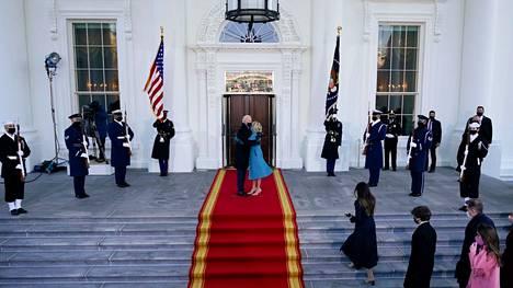 Joe ja Jill Biden saapuivat Valkoiselle talolle Suomen aikaa kello 23. Ennen sisään astumista uusi presidentti pysähtyi vilkuttamaan ja halaamaan. Mukana saapui koko Bidenien perhe.