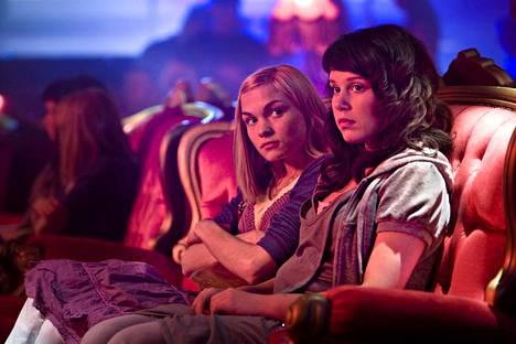 Elokuvassa Kielletty hedelmä kaksi nuorta tyttöä karkaa kotoaan maaseudun rauhasta uskonnollisista perheistään kesäiseen pääkaupunkiin etsimään vapautta ja ensimmäisiä suuria kokemuksia.