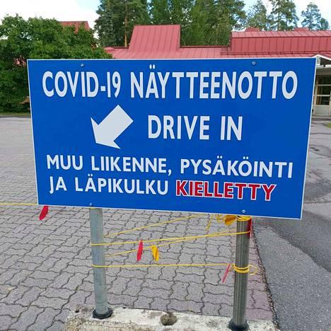 Mänttä-Vilppulan Sarapihassa on uudet kyltit ohjaamassa koronatestiin autolla saapuvia. Sarapihassa testataan sekä Mänttä-Vilppulan että Juupajoen asukkaat.