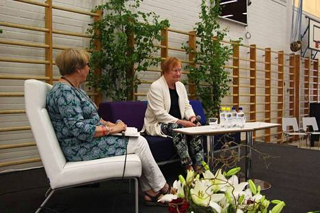 Tarja Halosta haastatteli toimittaja Päivi Istala.