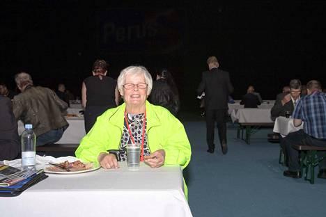 Lapualainen Anneli Nuolikoski puki puoluekokoukseen neonvihreän takin, jotta miniä löytäisi hänet helposti ihmismassasta.