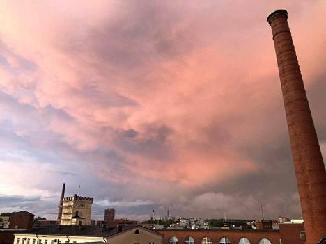 Voimakas ukkosrintama on hiljalleen poistumassa Tampereen keskustan päältä.