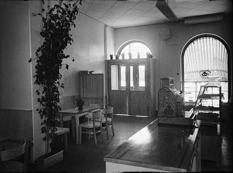 Satakunnan Kansan arkistokuva Sarpi Oy:n kahvila-konditoriasta on vuodelta 1951. Jo silloin samalla paikalla toimi siis Sarpin kahvila, vaikka nykyistä rakennusta ei vielä ollutkaan.