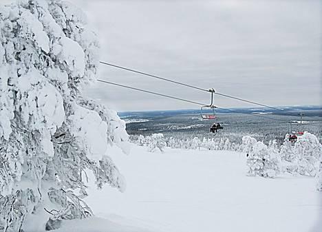 Jos aikoo lähteä hiihtolomalla matkoille, kannattaa edelleen välttää väkijoukkoja ja noudattaa muita turvaohjeita.