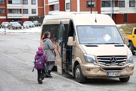 Koulukyyti saapui hakemaan oppilaita Aurinkolinnan pihasta Keuruulla. Kuvituskuva viime maaliskuulta.