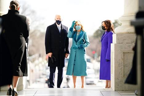 Tuleva presidentti Joe Biden saapui Jill-puolisonsa kanssa kongressitalolle noin kello 17.30 Suomen aikaa.