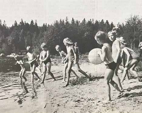 Nuoret Kotkat nauttivat leirielämästä Hakalanrannassa.