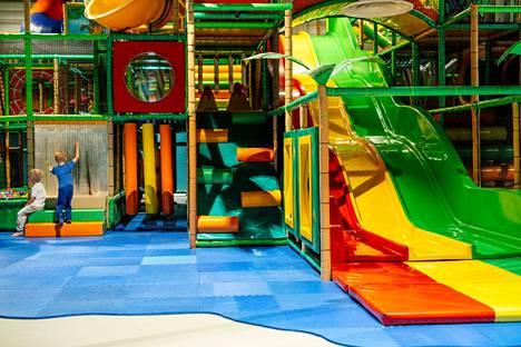 Lapsille on monenlaista tekemistä Skidiparkin puuhapaikoilla, joilla viihtyvät myös vanhemmat ja isovanhemmat.