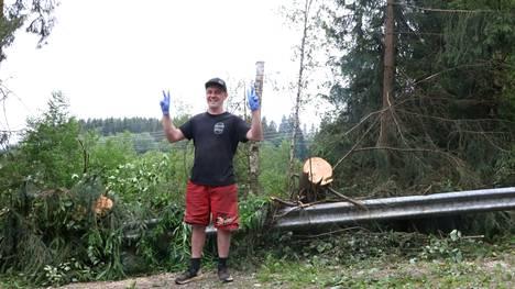 Penalty Burgerin yrittäjä Willehard Ahlgren kertoo, että Suvirannan piha oli myrskytuhojen jälkeen täynnä kaatuneita puita.