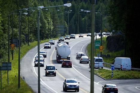 Tieliikenteen ja varsinkaan henkilöautoilun päästöjen vähentämiseen ei ole esitetty aikoihin mitään todella uutta. Siksi on palattava perusasioihin ja tehtävä vaikeat poliittiset päätökset.