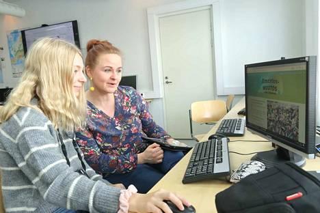 Liina Nyfors  (vasemmalla) kuuluu koulunsa oppilasagentti-tiimiin ja opiskelee verkkosisällön tuottamista mok-viikolla. Oikealla Opettaja Taru Stenberg ihailee Liinan ottamia kuvia.