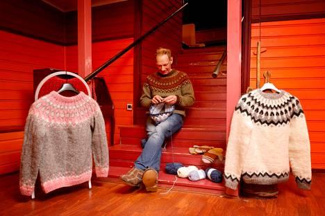 Jarkko Mäkipää kutoo parhaillaan jo toista islantilaisneuletta pojalleen. Vaaleanpunaisella sävytetyn puseron hän on tehnyt tyttärelle. Valkoinen pusero on ensimmäinen hänen puikoiltaan valmistunut kappale. Kuvauspaikkana ovat Vammalan teatterin tilat. Teatteri on Mäkipään pitkäaikainen harrastus, joka oikeastaan johdatti hänet islantilaisneuleiden pariin.