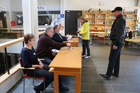 Vaalitoimitsijat Pirkko Kujansuu, Matti Lehtonen, Jouni Heinonen ja Ida Ylimyllymaa palvelivat äänestäjinä paikalle tulleita Sinikka Myllymäkeä ja Kari Lammelaa. Lipasvahtina paikalla oli Seija Salmi Porin seudun hengitysyhdistyksestä.