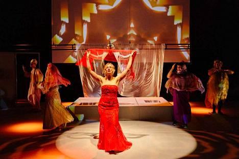 Riemastuttavan hauskassa Data Error –näytelmässä ihminen pyrkii päivittämään itsestään parhaan mahdollisen version. Bollywoodin pyörteissä tanssii Minerva Kautto.