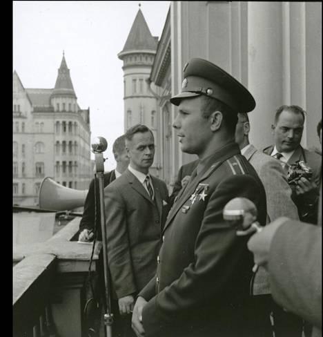 Juri Gagarin pitämässä tervehdyspuhetta tamperelaisille.