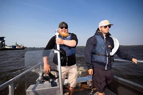 Lauri Väkiparta (vasemmalla) ja Niko Vähä-Ruka ajavat veneellä Kallon ja Reposaaren Merimestan väliä heinäkuusta elokuun puoliväliin asti.
