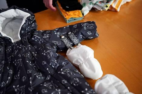 Äitiyspakkauksen tuotteiden vastuullisuutta on selvitetty.
