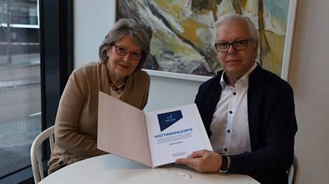 Maritta Pahlman ja Veijo Hynninen iloitsevat Nokia-Seuran saamasta kulttuuripalkinnosta.