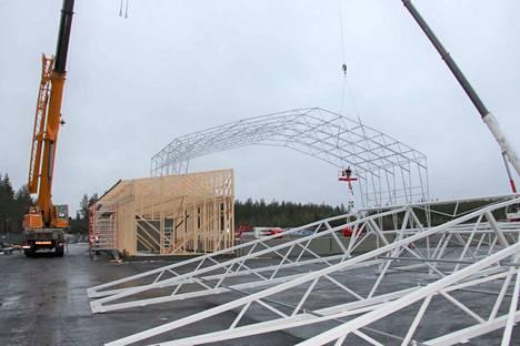 Uuden teollisuushallin runkorakenne alkaa jo hahmottua.
