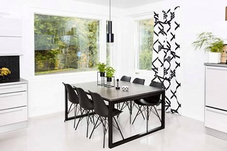 Majurin kotona oleva ruokapöytä on betonimuotoilija Ilkka Salon tekemä. Perhe päätyi mittatilaustyöhön, kun ei löytänyt huonekalukaupoista toivomaansa neliön mallista pöytää. Tilavan betonipöydän mitat ovat 130 x 160 cm.