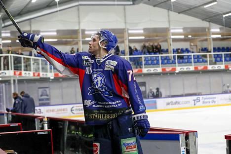 Tähän päättyi LeKin taival Mestiksessä ainakin tällä erää. Tommi Välimaa antoi pronssipelin jälkeen mailansa fanille.