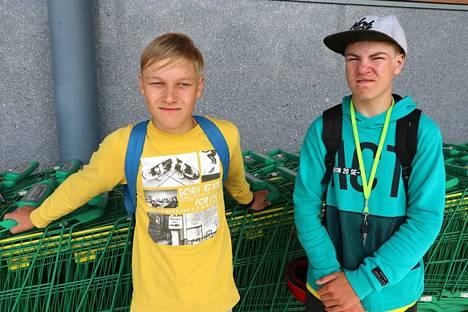 Raumalaiset Jarnojuhani Palomäki, 14, (vasemmalla) ja Tero-Tapani Paavola, 15, eivät olleet kuulleet nuorten päihdeuutisia, mutta tietävät kyllä ongelmasta. –Osa kyllä vetää kaikenlaista aika useasti, se on niiden elämää. Sitten kiusaaminen, se on kyllä kovin tavallista. Vanhemmat kaverit hommaavat ja joissakin paikoissa myydään alaikäisille, Jarnojuhani Palomäki kommentoi. Tero-Tapani Paavola lisää, että nuorille on myynnissä aika yleisesti myös nuuskaa. Käyttäjiä on ja nuuskaa tuodaan Ruotsista. He toivovat, että nuorilla olisi Raumalla enmmän vaihtoehtoista tekemistä ja paikkoja, joihin mennä vapaa-ajalla.