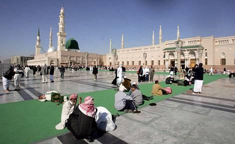 Muslimipyhiinvaeltajia istuskelee profeetta Muhammedin moskeijan ulkopuolella Saudi-Arabian Medinassa tammikuussa 2007 otetussa kuvassa.
