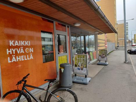 Keltaiset teipit kertoivat sunnuntaina, mitä kautta varkaat olivat murtautuneet Porin keskustassa sijaitsevaan Otavankadun K-marketiin.
