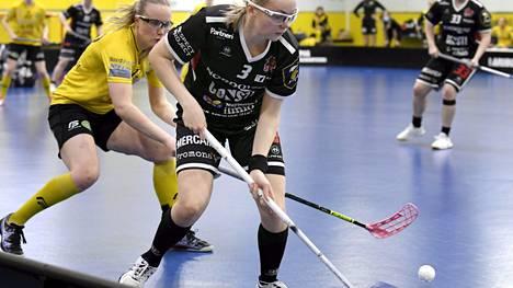 PSS:n Ella Sundström (vas.) nousi isoon rooliin finaalisarjassa.